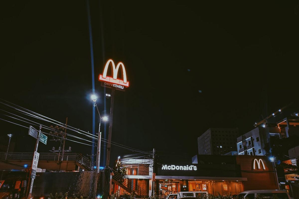 Mcdonalds sign night